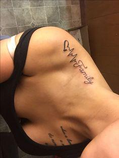 34 einzigartige Tattoo-Ideen für die Frau – Frauen sind besessen von Körperku… 34 unique tattoo ideas for women – women are obsessed with body art or are thinking of getting their first tattoo. In addition to the V – Bild Tattoos, Name Tattoos, Up Tattoos, Body Art Tattoos, Cool Tattoos, Tattos, Family First Tattoo, Family Tattoos, Arm Tattoo