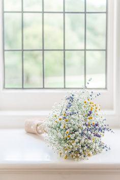 ふんわり感がちょうどいい♡ オトナ花嫁だからこそ気になる。洗練されたかすみ草コーデのSTEP でご紹介