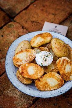 1/5 Připravíme všechny ingredience. 2/5 Brambory i se slupkou dokonale kartáčkem omyjeme (počítáme 2-3 středně velké brambory na osobu, a i když dáte víc, ...