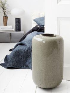 Den stora, vackra och moderna Vase Jade. Vasen har ett vackert och unikt mönster i naturliga kontraster. Färg och mönster kan variera.