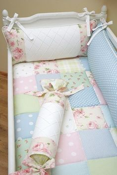 Beautiful baby quilt bedding enxoval patchwork by Bambola Atelier do… Cot Quilt, Quilt Baby, Quilt Top, Crib Bedding, Daybed Pillows, Baby Mobile, Baby Bedroom, Baby Sewing, Cribs