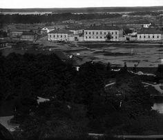 HELSINKI. Hietalahdentori Sinebrychoffin puiston tornista kuvattuna vuonna 1870. Torin laidan vaaleat kivirakennukset ovat yhä pystyssä.