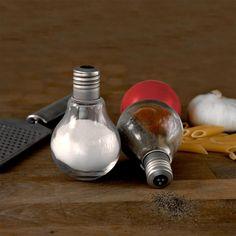 Das Glühbirnen Salz- und Pfefferstreuer-Set für die etwas andere Tischdekoration und als pfiffige Geschenkidee für Küche und Esszimmer.