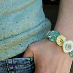 Here is a really button bracelet tutorial. This is a good way for you to put your bulk buttons into a better use. Join us in making your bracelet jewelry and try to make yours in a cool pattern. Let's get started! Cute Crafts, Crafts To Make, Crafts For Kids, Arts And Crafts, Bracelet Fil, Button Bracelet, Button Earrings, Do It Yourself Jewelry, Do It Yourself Fashion