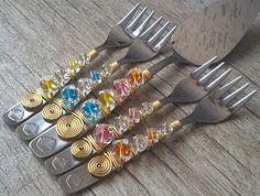 """Valor do conjunto composto de 5 unidades bordadas.  Garfinhos 15 cm.    """"Talheres Bordados é decorar as mesas com elegância e bom gosto.  São talheres em aço inox bordados com fio de alumínio e pedrarias,  que transformam um simples talher numa obra de arte.  Uma mesa bem-posta é um presente que ..."""