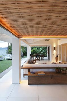 Find home projects from professionals for ideas & inspiration. Casa Angra I by Escala Arquitetura Porch And Terrace, Patio Roof, Japanese Modern, Japanese House, Jungle House, Corner Pergola, Pergola Attached To House, Outdoor Spaces, Outdoor Decor