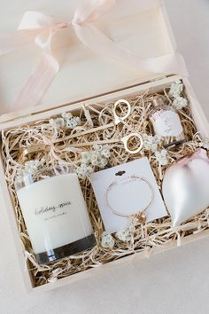 DIY Gift Guide: How to Build the Perfect Gift Box how to build the perfect gift box via laurenconrad Gift Box For Men, Gift Baskets For Men, Diy Gifts For Mom, Girl Gift Baskets, Holiday Gift Baskets, Cute Gift Boxes, Diy Gift Box, Cute Gifts, Diy Christmas Gifts