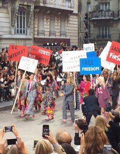 Le nouveau décor du défilé Chanel ? Un boulevard parisien avec immeubles aux balcons en 3D et boulangerie au coin de la rue. Encore une fois, le Kaiser de la mode ne nous a pas déçues. Ici, les toutes premières images du défilé prises sur le vif par nos journalistes. http://www.elle.fr/Mode/Dossiers-mode/Fashion-Week-les-premieres-images-de-la-manif-Chanel#