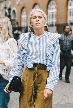 Rayée ou unie, à maxi volants et (avouons-le) pas très évidente à porter, cette chemise H&M semble avoir été adoubée par la planète mode. Voici les raisons de son succès.