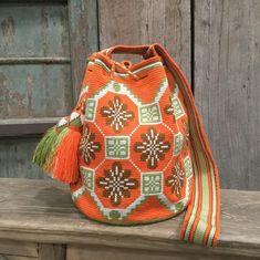No hay descripción de la foto disponible. Tapestry Crochet Patterns, Embroidery Patterns, Sewing Patterns, Crochet Handbags, Crochet Purses, Crochet Backpack, Tapestry Bag, Boho Bags, Crochet Home