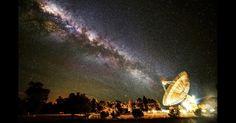 o fotógrafo Wayne England conseguiu capturar um momento em que Via Láctea parece se alinhar com o telescópio do Observatório Parkes, na Austrália