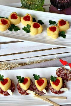 Cuori di polenta con salsa piccante su letto di finocchiona
