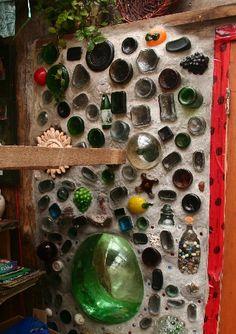Ejemplo de lo decorativa que puede hacerse la pared, aun con botellas todas desiguales.