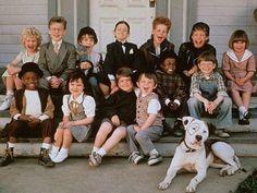 """Lembra-se de """"Os Batutinhas""""? Clássico total da """"Sessão da Tarde"""", o filme de 1994 era quase inteirinho só com crianças que, de certa maneira, resolviam assuntos de adultos, mas com jeito de criança. A história nem chamava tanto a atenção e não chegava nem aos pés de """"Quando as Metrolhadoras Cospem"""", por exemplo (também feito só com elenco infantil), mas o carisma dos pequenos era tão incrível que ninguém conseguia tirar os olhos da tela. Dois desses doces personagems, os protagonistas, ..."""