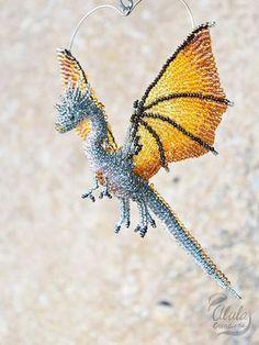 Ornement de Dragon, collier de perles de Dragon, Figurine Dragon volant, perle travail Art, cadeau d'amant de Dragon, Animal fantastique, décor de fenêtre de voiture, > Dimensions approximatives de l'oiseau perlé sont: W 4 1/4 pouces (11 cm) H 5 1/2 po (14 cm) / 6 1/2 po (16,5 cm) avec la pendaison de fil D 2 pouces ~ 3 1/2 pouces (5 ~ 9 cm) === options de finition 4 === > 1. Capteur / décor de fenêtre / miroir Decor (...