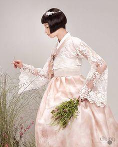 """광장시장한복 종로한복 결혼한복 신부한복 웨딩 차은엽한복 (@chaeunyeop_hanbok) on Instagram: """"@chaeunyeop_hanbok  #차은엽한복 #광장시장 #종로한복  #결혼한복 #입학선물 #맞춤한복  #신랑신부한복 #웨딩박람회 #웨딩플래너 #스드메 #웨딩드레스 #수원한복…"""""""