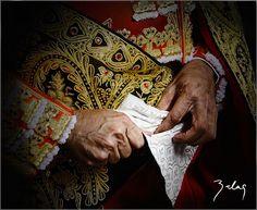 Enrique Ponce-San Juan  | 2010-Badajoz © copyright | Son las manos del Maestro Ponce mientras se liaba el capote de paseo. Lo hizo con una lentitud meticulosa.