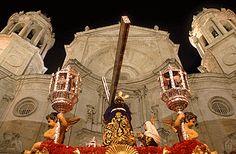 El paso de Nuestro Padre Jesús Nazareno, entrando en la catedral de Cádiz. | Fernando Ruso