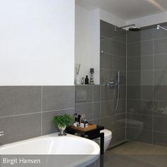 Auch in diesem Bad steht die bodenbündige Dusche im Mittelpunkt. Sie ist auf Wunsch des Kunden als offene Walk-In Dusche konzipiert und mit Duschrinne und  …