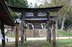 長野市の朝川原神社です。-Asagawara Jinja (Nagano City,Nagano)-この神社の本殿は明治時代に建てられた本殿ですが、正面や妻面の彫刻がとってもすばらしいのです。彫刻はもともと大工さんの仕事とされてきたそうですが、この本殿が建てられた頃から、大工と彫工が別々のものとして分業されるようになってきたそうです。 朝川原神社は、そんな傾向を示すように、軒下にたくさんの彫刻が取り付けられています。