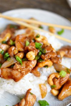 Love quick and easy dinner recipes? This one is for you! This Easy Cashew Chicken takes less than 30 minutes to make and is way better than takeout! Add it to your menu this week! // Mom On Timeout
