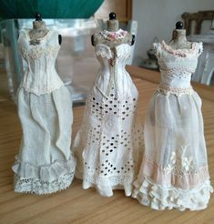 Toy dolls holds, many methods from conventional wooden residences to actually Barbie Dreamhouses. French Fashion, Vintage Fashion, Victorian Dolls, Half Dolls, Vestidos Vintage, Sewing Dolls, Little Dresses, Costume, Miniature Dolls