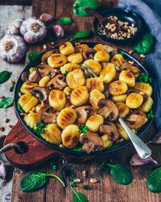 roasted Gnocchi with Garlic Mushrooms (vegan) Crispy Gnocchi ( Gluten Free Gnocchi is even Available at supermarkets) with Mushrooms and Basil Pesto.Crispy Gnocchi ( Gluten Free Gnocchi is even Available at supermarkets) with Mushrooms and Basil Pesto. Vegetarian Recipes Dinner, Vegan Dinners, Veggie Recipes, Vegan Vegetarian, Easy Recipes, Vegan Food, Vegetarian Mushroom Recipes, Free Recipes, Easy Vegitarian Recipes
