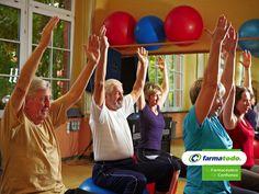FARMACIA ¿Cómo ayuda el ejercicio a la demencia? La demencia afecta a 1 de cada 14 personas mayores de 65 años y a 1 de cada 6 personas mayores de 80. Varios estudios han comprobado, que realizar actividad física ayuda a proteger la función del cerebro y disminuye el riesgo de padecer demencia en un 40%. Las personas mayores que caminan o se ejercitan por lo menos dos veces a la semana, pueden evitar la contracción del cerebro y así conservar una buena memoria a través de los años…