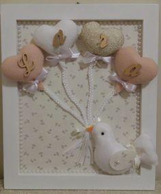 Quadro porta maternidade personalizado com moldura laqueada. Forrado em tecido de algodão, enfeite de passarinho em feltro e letrinhas com o nome do bebê douradas.  O passarinho pode ser feito nas cores bege, rosa, azul claro. Os balões podem variar nas cores para combinar com o passarinho que es...