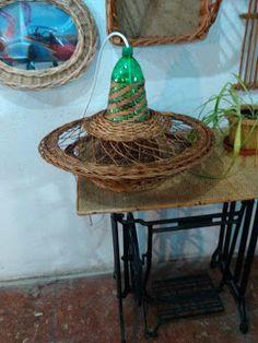 Nico, el artesano de mimbre, anea, rejilla, cuerda y caña:  Lámpara de mimbre y botella de plástico