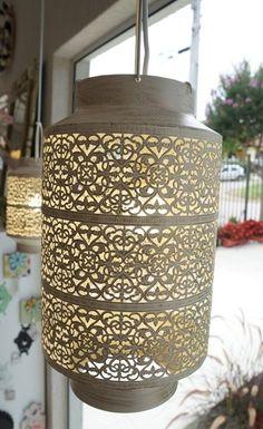 Lustre Pendente de Metal Bege com Pátina Dourada