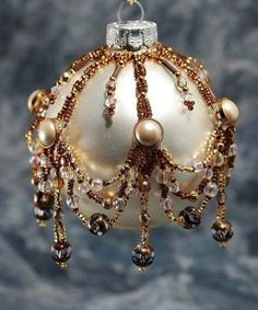 Kugel mit Perlen verziert