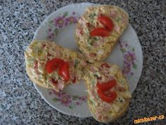 Smícháme tatarku s pomazánkovým máslem, prolisovaným česnekem a mletou pa… Slovak Recipes, Czech Recipes, Russian Recipes, Breakfast Recipes, Snack Recipes, Cooking Recipes, Healthy Recipes, No Salt Recipes, Goat Cheese Salad