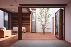 Awesome Houses Inspiration The architect made a nice courtyard for the resident tree. Interior Garden, Decor Interior Design, Interior Design Living Room, Room Interior, Casa Patio, Internal Courtyard, Courtyard House, Entry Foyer, Japanese House
