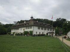 基礎となる建物はクリュニー会修道院として9~10世紀に建てられ、その後建て増しをされていったが、宗教改革を経て廃院後に俗用化。ルソー滞在当時はベルン有産階級者病院の会計係とその家族、そして使用人達が住んでいた。ルソーは一家に好意的に受け入れられて一室を与えられ、島の生活を堪能した。現在はホテル・レストランとなっている。