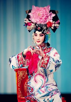 This is what the women in Beijing opera looked like in the Qing Dynasty. Traditional Dresses, Traditional Art, Lion Dragon, Dragon Dance, Chinese Opera, Figure Photography, Asian History, China Art, Oriental Fashion