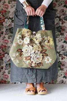 Bildresultat för shopping bag with black vintage rouses flowers Patchwork Bags, Quilted Bag, Diy Sac, Carpet Bag, Floral Bags, Boho Bags, Bag Patterns To Sew, Cute Bags, Mode Style