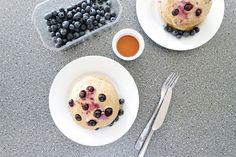 Leckere und gesunde eiweißreiche Clean Eating Pancakes mit griechieschem Joghurt und Blaubeeren.