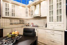 Kleine elegante weiße Küche