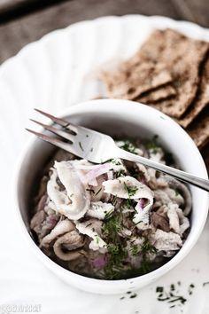 Herkullinen silakka on monipuolinen kala. Etikalla raakakypsytettyjä fileitä on helppo marinoida mieleisekseen erilaisilla mausteliemillä. Tervasilakat ovat herkullinen vaihtoehto perinteisille joulupöydän silakoille. Marinated baltic herring. Kuva/pic Nico Backström. #christmasdinner #christmasfood #christmasmenu #christmasrecipes Winter Treats, Fish Dishes, Wine Recipes, Pickles, Feta, Food And Drink, Dinner, Ethnic Recipes, Finland
