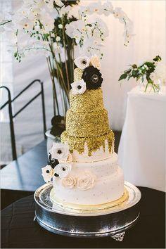 gold black and white wedding cake @weddingchicks