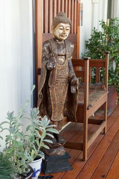 Authentic Asian furniture and objet d'art lend eastern-style elegance to this noble house in Brisbane's inner suburbs