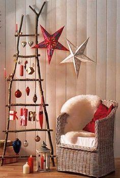 Prowizoryczna drabina wykonana z gałęzi i sznurka oraz przystrojona świątecznymi bombkami będzie idealnym, choć nietypowym pomysłem na udekorowanie domu z okazji Świąt Bożego Narodzenia.