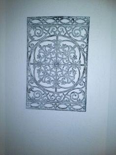 Rubber deurmat verven met verf, spuitbus action, laten drogen en opschuren om oude look te geven. Leuk en simpel te maken. Mooie muur decoratie