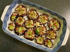 Padlizsán pizza Abszolút gluténmentes finomság a padlizsán alapon készült pizza. Mutatós is, finom is, kimaradt bolognai raguból is elkészítheted, de épp úgy használhatsz hozzá sonkát, gombát stb. mint egy hagyományos pizzához. Recept a blogon, klikkelj a linkre: https://szegedifuszeres.hu/2018/04/09/1498/