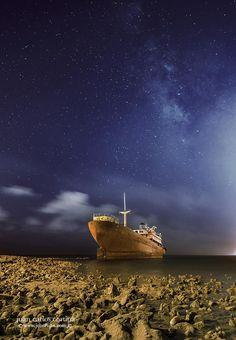 El barco encallado de Lanzarote. Telamon and the milky way. by Juan Carlos Cortina on 500px