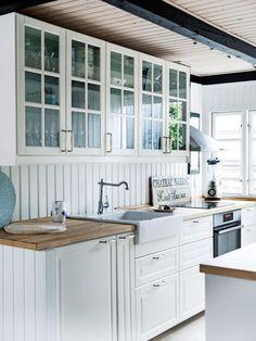 Scandinavian Kitchen Renovation, Kitchen Interior, Beach House Kitchens, Home Kitchens, Lohals, Contemporary Beach House, Inside Home, Beach House Decor, Home Decor