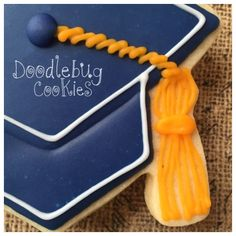 Here is a different way to do the tassels on grad cap cookies. The part that attaches the tassel to the cap is usually a twisted cord like . Graduation Treats, Graduation Cupcakes, Big Cookie, Cookie Time, Iced Sugar Cookies, Royal Icing Cookies, Fancy Cookies, Cut Out Cookies, Nurse Cookies