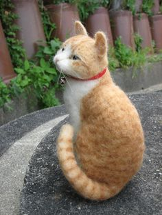 Amazing felt kitty, and many additional animals on this site #feltedcat