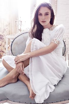 Actress Keira Knightley graces the December 2016 cover of Harper's Bazaar UK. Photographed by Alexi Lubomirski, the poses in a look from Chanel's fall haute couture collection featuring a bejeweled neckline. Inside the magazine, Estilo Keira Knightley, Keira Knightley Style, Keira Christina Knightley, Kira Knightly, Elisabeth Swan, Actrices Hollywood, British Actresses, Natalie Portman, Harpers Bazaar
